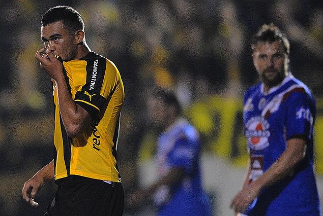 Sebastián Píriz y el beso a la camiseta, tras convertir el primer gol.