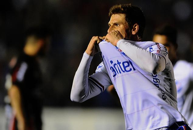 Santiago Romero y el beso del triunfo a su camiseta en el festejo del segundo y decisivo gol.