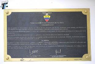 La placa con la resolución de denominar al estadio con el nombre del inolvidable goleador.