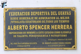Plaqueta en homenaje a Albaro Spencer.